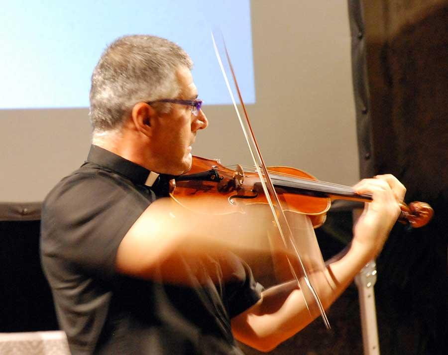 don-maurizio-tagliaferri-suona-violino-borgo-san-lorenzo-2014